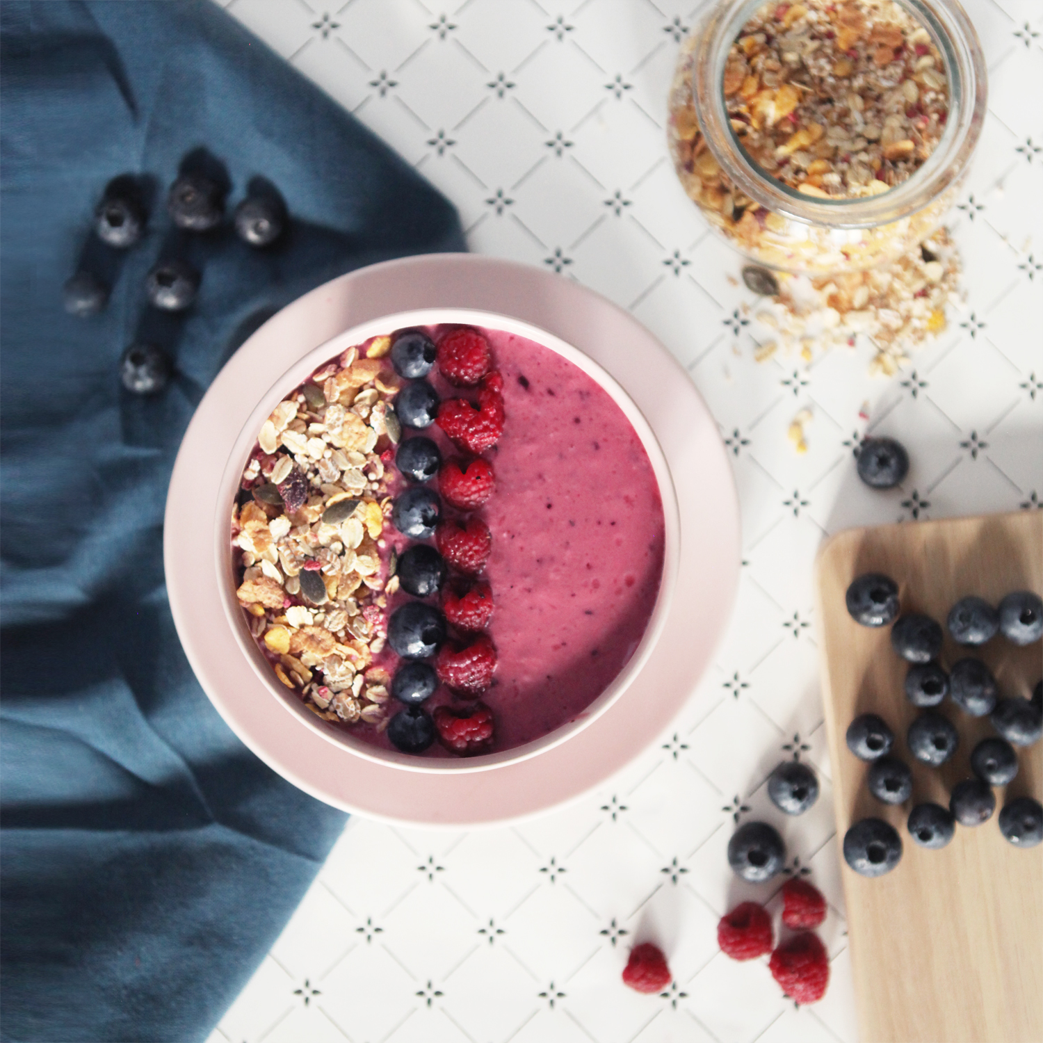 dont-mess-with-the-rabbit-smoothie-bowl-ikea-fruits-rouges